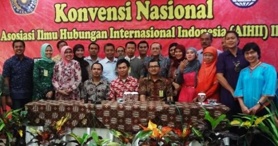Ketua AIHII 2012 Mas Tonny (UMM) dan peserta AIHII III